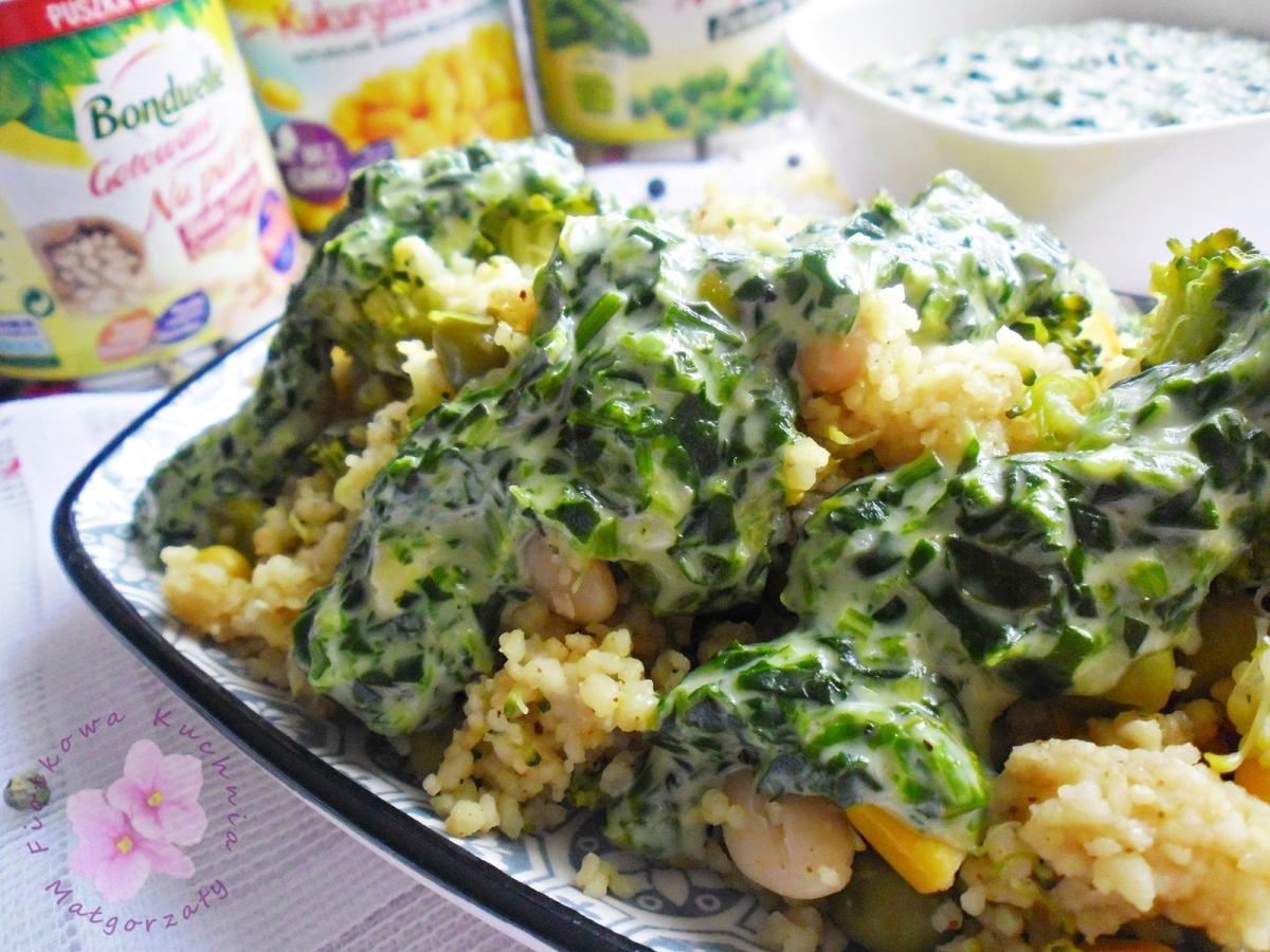 Kuskus z warzywami i pikantnym sosem szpinakowym